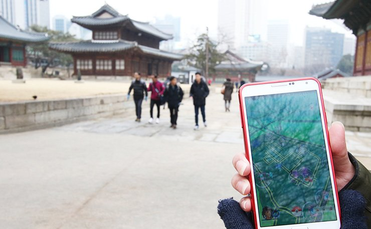 A gamer plays mobile game 'Pokemon Go' in Jongno, central Seoul, Saturday. The police said unauthorized assistant apps made for the game are causing cybersecurity concerns. / Yonhap