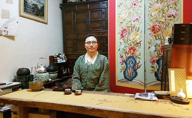 Han Young-yong, owner of Keunkiwajip poses in his office located at the back of the restaurant in Seoul. / Korea Times photo by Kim Ji-soo