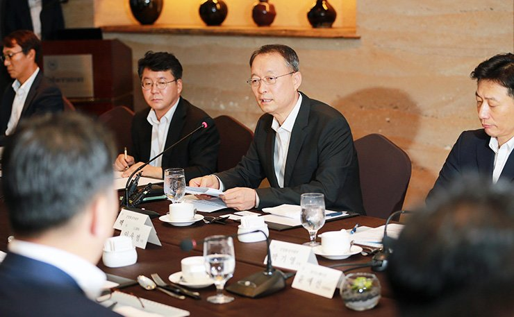 Trade, Industry and Energy Minister Paik Un-gyu, center, speaks at meeting with representatives of the battery industry, Friday. The country's top three battery makers announced 2.6 trillion won in investment plans. / Courtesy of Ministry of Trade, Industry and Energy