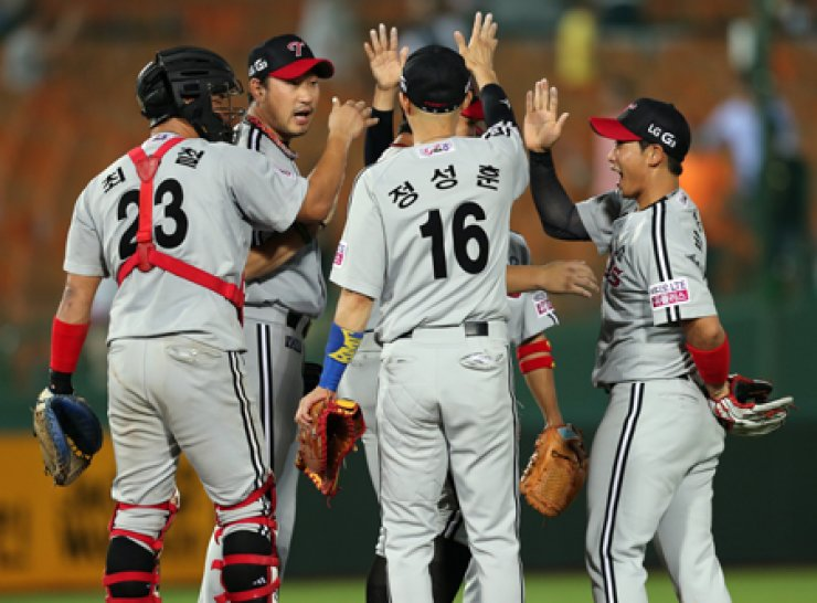 Players of the LG Twins celebrate after winning a game against the Lotte Giants 6-5 in Busan, Sunday. / Yonhap