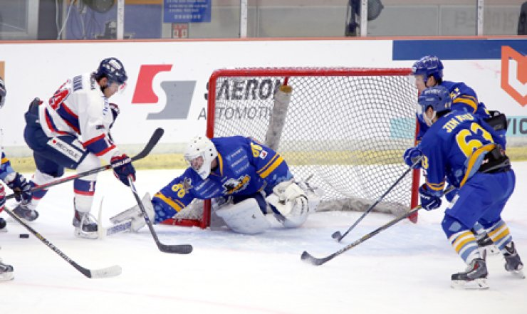 Canadian goaltender Matt Dalton, center, is key member of the 22-man squad that will represent Korea at the 2014-15 Euro Ice Hockey Challenge next month. / Courtesy of Korea Ice Hockey Association