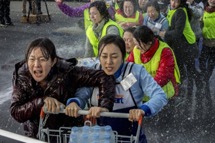 Yeom Jeong-ah, left, and Moon Jung-hee in a scene from 'Cart' / Korea Times