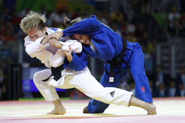 South Korea's Jeong Bo-kyeong, left, competes against Argentina's Paula Pareto during final of the women's 48-kg judo competition at the 2016 Summer Olympics in Rio de Janeiro, Brazil, on Aug. 6. Jeong won the silver. / AP-Yonhap
