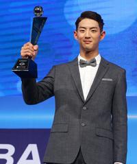 NC Dinos first baseman Eric Thames kisses the trophy after winning the Korea Baseball Organization's (KBO) MVP award at the K Hotel Seoul in Yangjae, Tuesday. / Yonhap