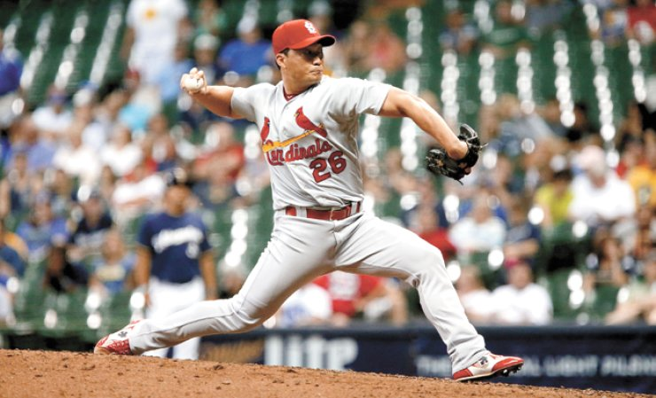 Oh Seung-hwan of the St. Louis Cardinals pitches in the ninth inning against the Milwaukee Brewers at Miller Park in Milwaukee, Wisconsin, Monday. / AFP-Yonhap