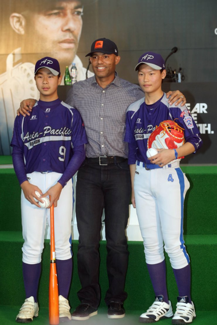 Mariano Rivera poses with members of the Paichai Middle School baseball team during a baseball workshop at Times Square in Yeongdeungpo, Seoul,Wednesday. / Yonhap
