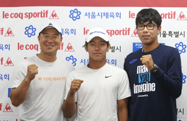 Tennis players, from left, Lee Hyung-taik, Lee Duck-hee and Chung Hyeon pose during a press conference at the Olympic Park Tennis Courts in southern Seoul, Wednesday. / Yonhap