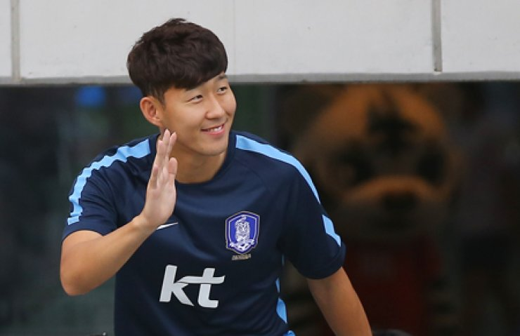 Son Heung-min waves to the crowd at the national team training session in the Hwaseong, Gyeonggi Province, Monday. / Yonhap