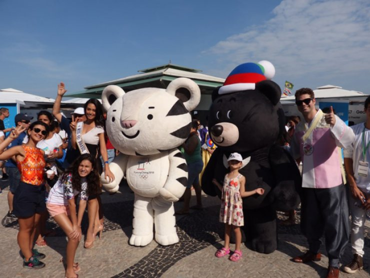Visitors enjoy the company of PyeongChang 2018 Winter Games mascots Soohorang, left, and Bandabi at Copacabana beach in Rio, Saturday.  / Yonhap