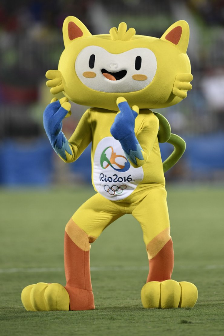 A mascot performs during a berak in the women's rugby sevens match between France and USA during the Rio 2016 Olympic Games at Deodoro Stadium in Rio de Janeiro, Monday. / AFP-Yonhap