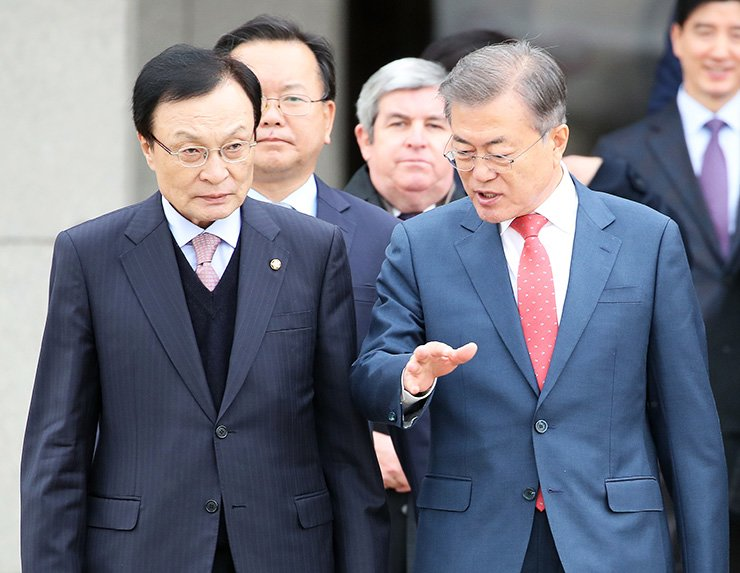 President Moon Jae-in talks with Lee Hae-chan, chairman of the ruling Democratic Party of Korea, while walking toward an airplane bounding for Prague, a stopover en route to the G20 summit in Buenos Aires, Argentina, at Seoul Air Base in Seongnam, Gyeonggi Province, Tuesday. Yonhap