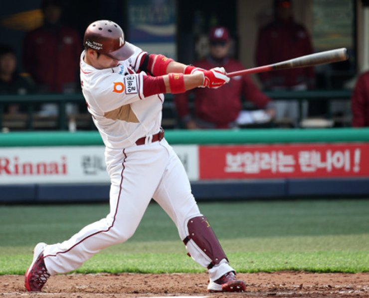 Nexen Heroes first baseman Park Byung-ho hits a grand slam home run in the fifth inning against the KT Wiz during his team's spring exhibition game in Mokdong Baseball Stadium, Seoul, Sunday. The Heroes won 10-4. / Yonhap