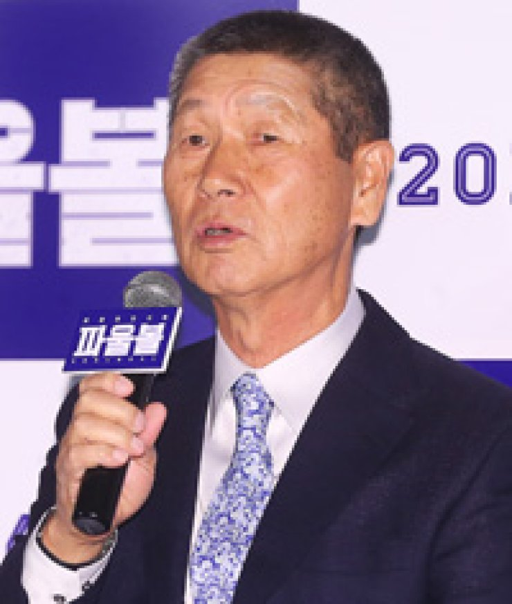 Kim Sung-keun, former manager of disbanded independent baseball club Goyang Wonders and now manager of the Hanwha Eagles of the Korea Baseball Organization (KBO), speaks during a press preview of a documentary film 'Foul Ball'at the CGV Wangsimni Theater in Seoul, Monday. / Yonhap