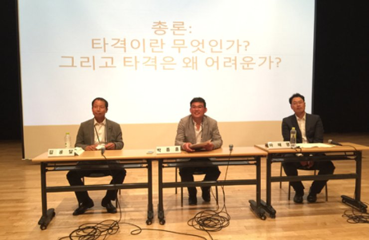 From left, former Korea Baseball Organization star players Kim Yong-dal, Park Jong-hoon and Ma Hae-young speak during the spring conference ofthe Society for Korean Baseball Studies at Sungkyunkwan University, on May 2. / Courtesy of Patrick Bourgo