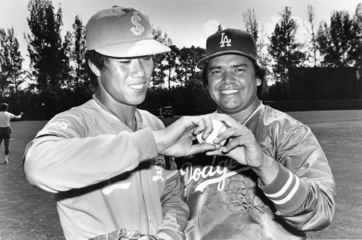 Former Los Angeles Dodgers pitcher Fernando Valenzuela, right, poses with former Samsung Lions pitcher Kim Si-jin during the Lions' training camp in the U.S. in 1985. / Courtesy of the Los Angeles Dodgers