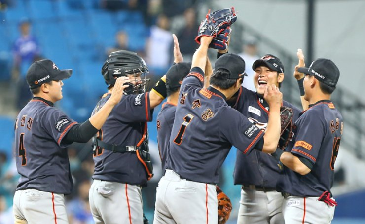 Players of the Hanwha Eagles celebrate after defeating the Samsung Lions 4-3 at Daegu Samsung Lions Park, Friday.  / Yonhap