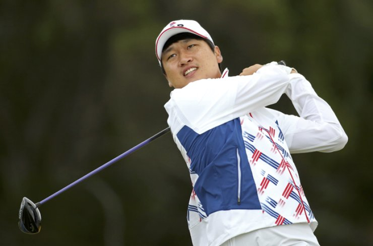 South Korean golfer Wang Jeung-hun watches his shot during a training session in Rio, Monday./ Reuters-Yonhap