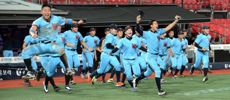 Players of the Whimoon High School's baseball team run from the dugout as they celebrate their Bonghwang High School Baseball Tournament title win at Suwon KT Wiz Park, Tuesday. / Korea Times photo by Seo Jae-hoon