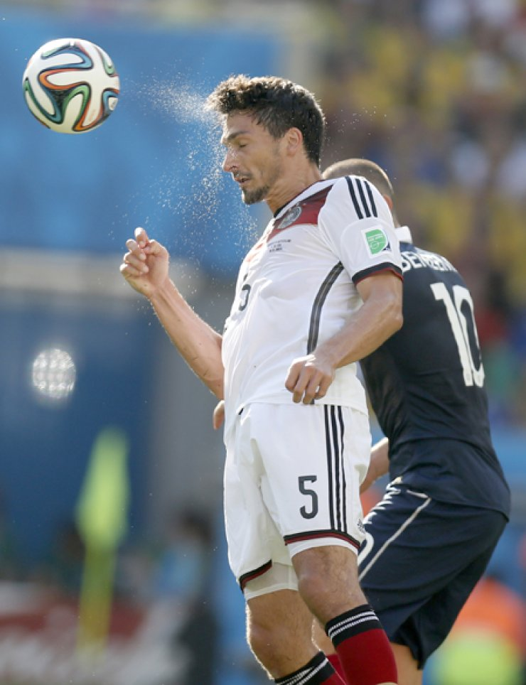 Germany's Mats Hummels heads the ball during a quarterfinal match against France at the Maracana Stadium in Rio de Janeiro, Brazil, Friday./ AP-Yonhap