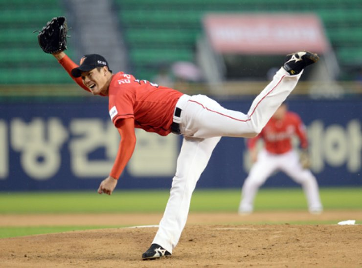 SK Wyverns pitcher Kim Kwang-hyun pitches during a game against the Doosan Bears in Jamsil, Seoul on July 22. / Korea Times file
