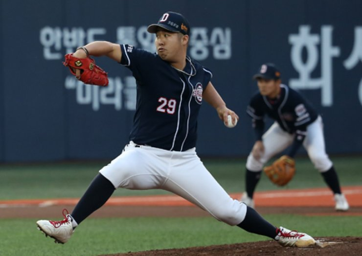 Doosan Bears pitcher Yoo Hee-kwan throws during the first inning of his team's game against the Nexen Heroes at Mokdong Stadium in Seoul, April 22. Yoo will start for the Bears against the LG Twins at Jamsil Stadium on Children's Day (May 5). / Yonhap