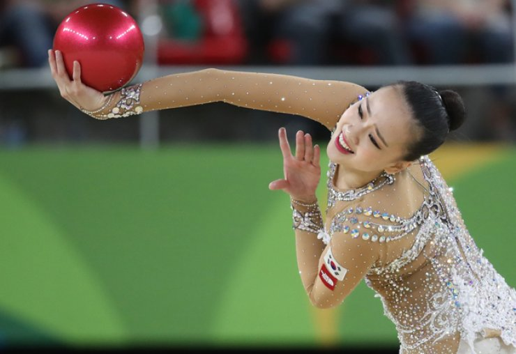 South Korea's Son Yeon-jae performs during the rhythmic gymnastics individual all-around final at the 2016 Summer Olympics in Rio de Janeiro, Brazil, Saturday. / Yonhap