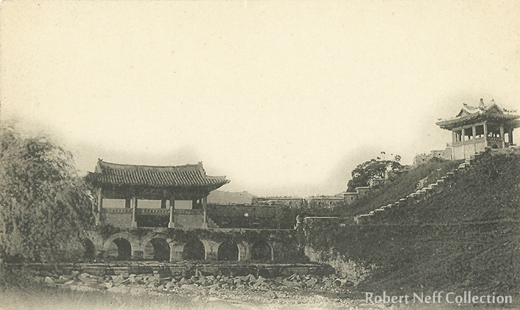 A gate at Suwon circa 1900-1910