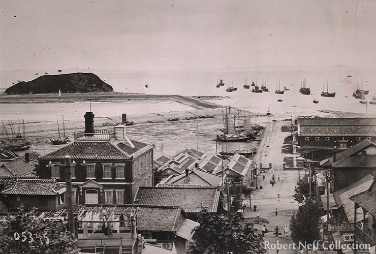 Jemulpo in the early 1900s. Chinese shops can be seen on the right. The Japanese-owned Daibuts Hotel is on the left.
