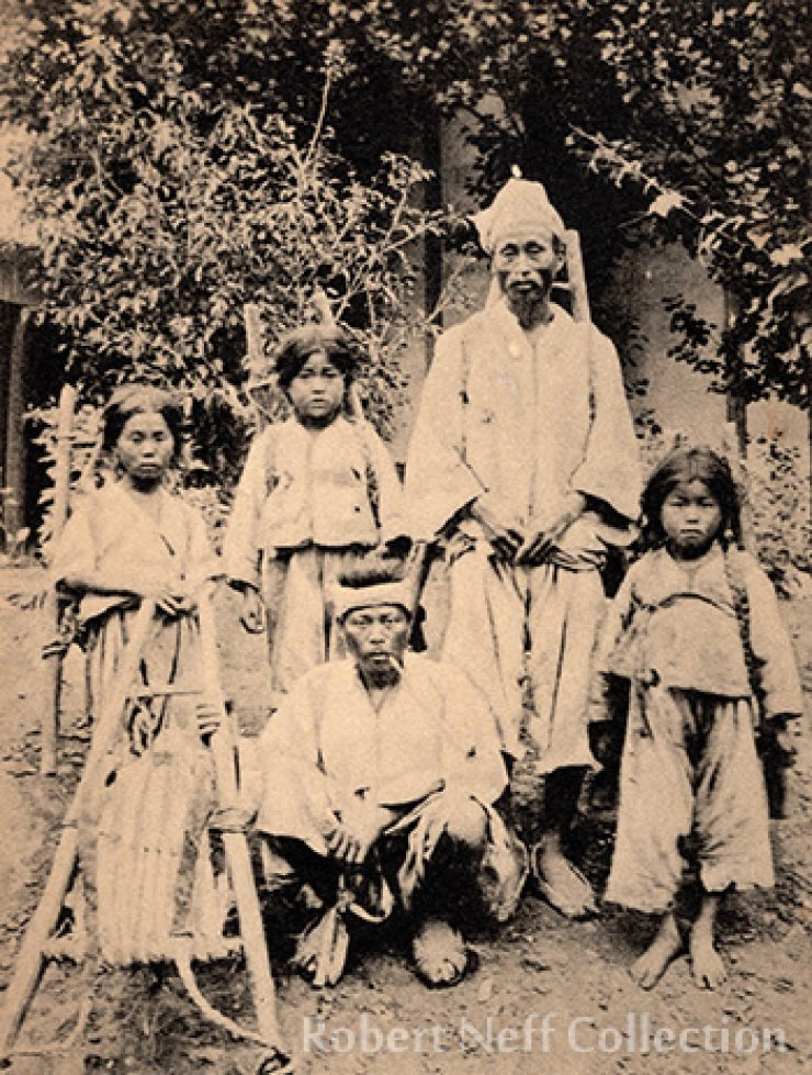 A Korean family ― Russian postcard, circa 1900. Courtesy of Diane Nars