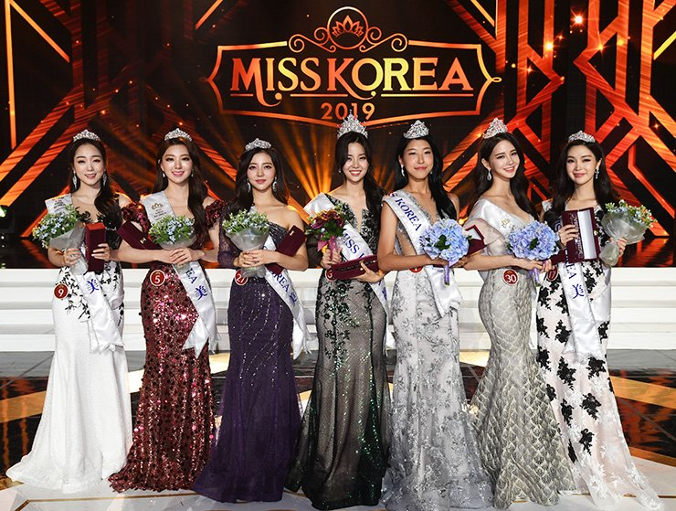 The 2019 Miss Korea winner Kim Sae-yeon, center, poses with the runners up during the pageant held in the Grand Peace Hall at Kyung Hee University, Seoul, Thursday. From left are Lee Da-hyun, Lee Hye-ju, Shin Yoon-ah, Kim, Woo Hee-jun, Lee Ha-nuey and Shin Hye-ji. Korea Times photo by Hong In-kee