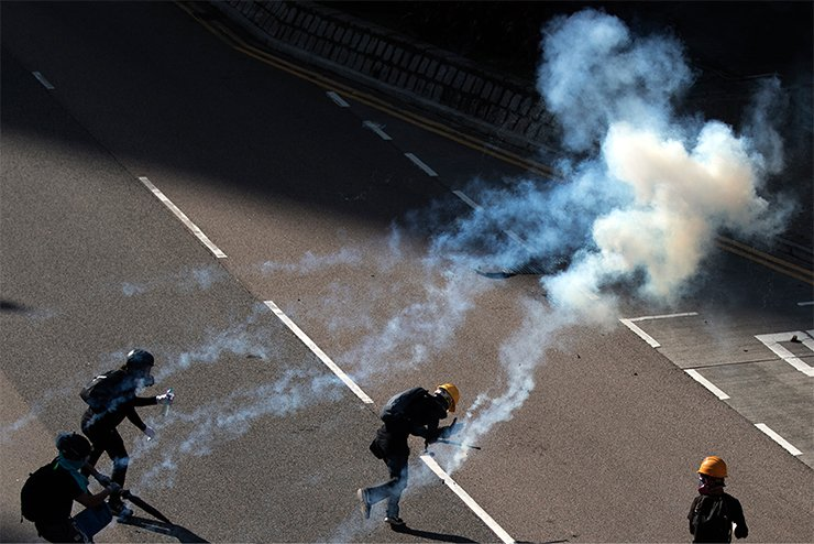 Protesters react after tear gas was fired by the police during a demonstration in support of the city-wide strike and to call for democratic reforms outside Central Government Complex in Hong Kong, China, Aug. 5, 2019. Korea Times photo by Choi Won-suk