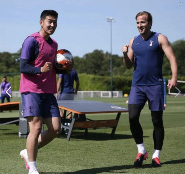 Tottenham Hotspur winger Son Heung-min, left, poses with his teammate Harry Kane during the team's training session in London, Friday. / Courtesy of Tottenham Hotspur