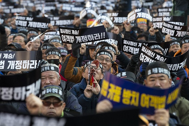 Taxi drivers stage a strike against a planned commercial ridesharing service in front of the National Assembly in Seoul, Thursday. Korea Times photo by Shim Hyun-chul