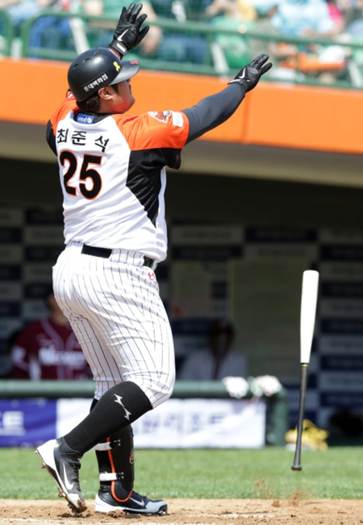 Lotte Giants' Choi Joon-seok flips the bat away after hitting the ball for a three-run homer during the first innings against the Nexen Heroes in Busan, Sunday. / Yonhap