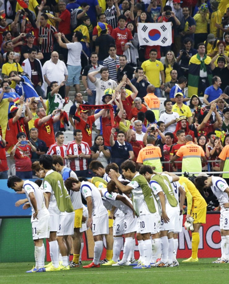 Korean team players bow in front of spectators after a Group H match against Belgium at the Itaquerao Stadium in Sao Paulo, Brazil, Thursday. / AP-Yonhap