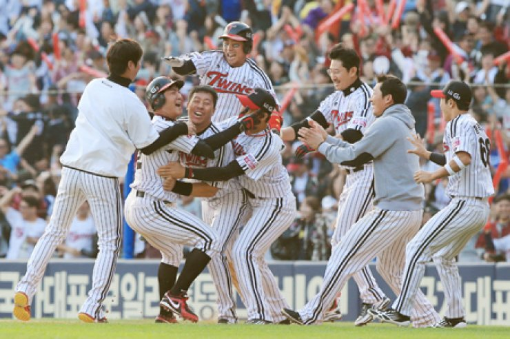 Members of the LG Twins celebrate after their 5-4 victory over the Nexen Heroes with a walk-off hit in the ninth inning at Jamsil Stadium in Seoul, Sunday. / Yonha