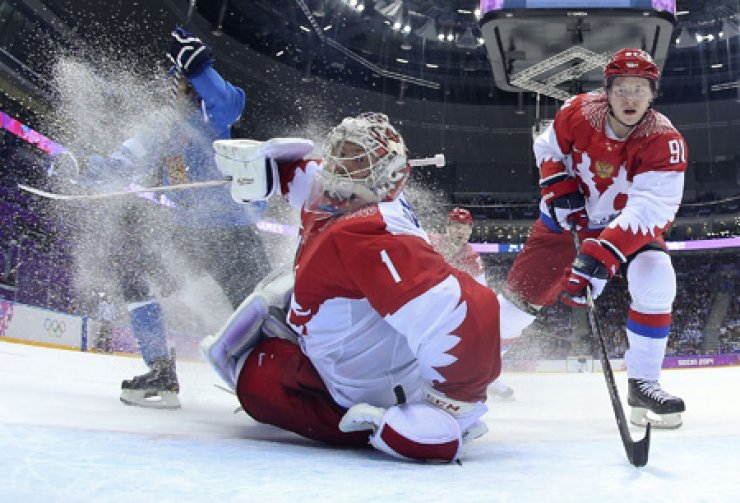 Russia's goaltender Semyon Varlamov, center, turns to find the puck as Finland scores a goal in the first period of a men's ice hockey game at the 2014 Winter Olympics in Sochi, Russia, in this Feb. 19, 2014, photo. Finland won 3-1. / AP-Yonhap