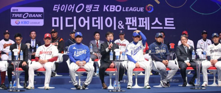 Samsung Lions manager Ryu Joong-il, fourth from left, answers questions at the KBO Media Day event at Ewha Womans University, Monday. / Yonhap