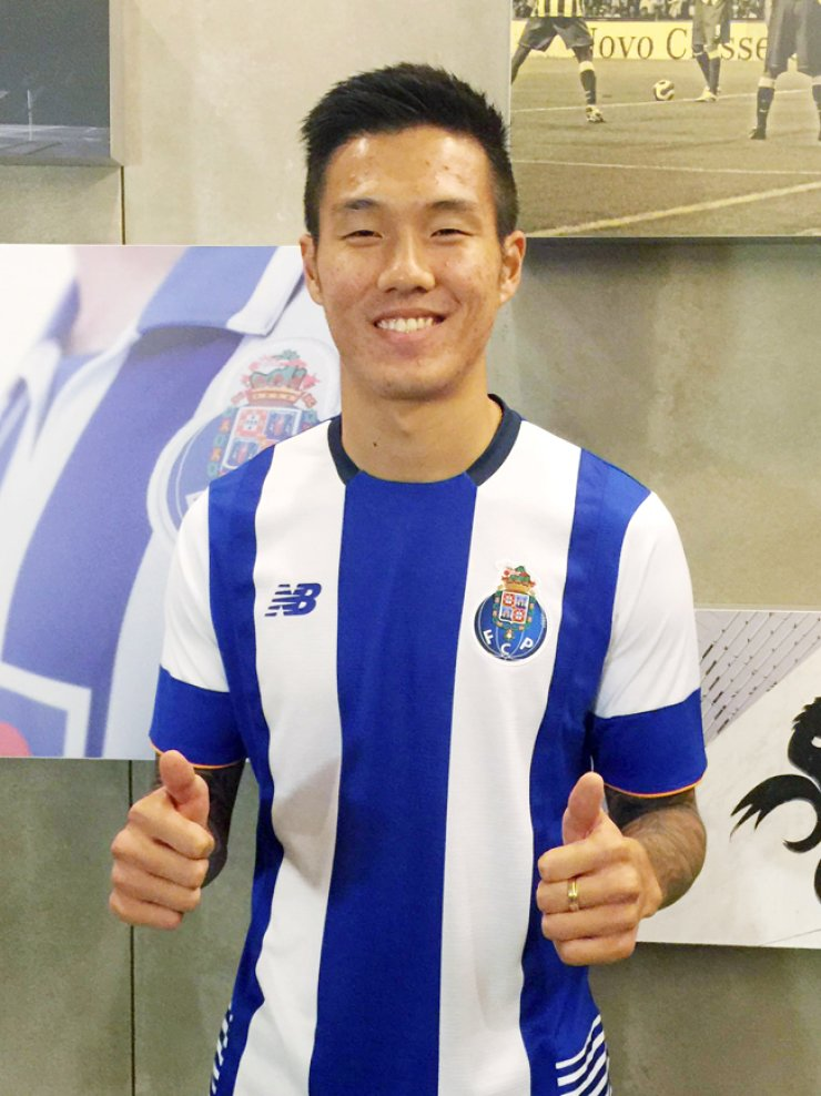 Suk Hyun-jun shows his thumbs up, wearing the FC Porto uniform. / Yonhap