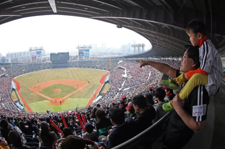 Fans watch an exhibition game between the LG Twins and Kia Tigers at Jamsil Baseball Stadium in Seoul on March 23. / Yonhap