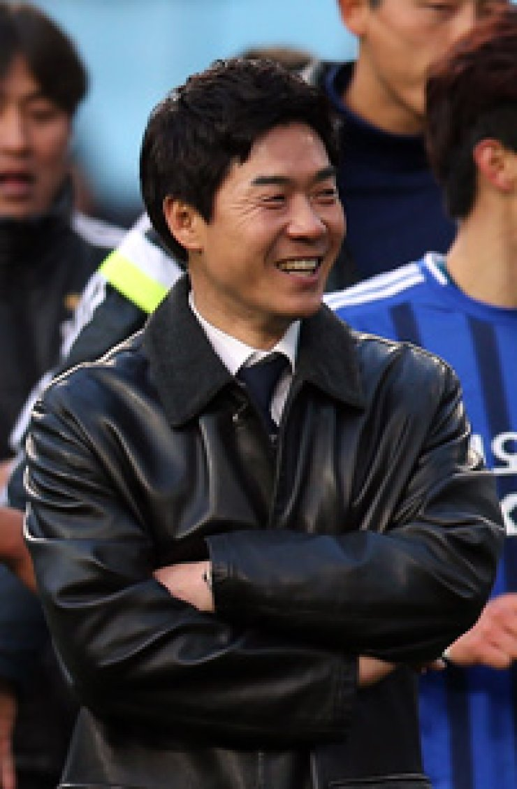 Ulsan Hyundai's coach Yoon Jung-hwan smiles after his team beat FC Seoul 2-0 at the K-League match, Sunday. / Yonhap