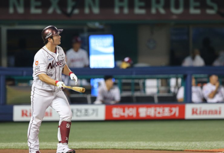 Nexen Heroes first baseman Park Byung-ho hits a grand slam home run during a game against the Lotte Giants at Mokdong Baseball Stadium in Seoul, Aug. 17. Park recorded his 200th career home run. / Yonhap