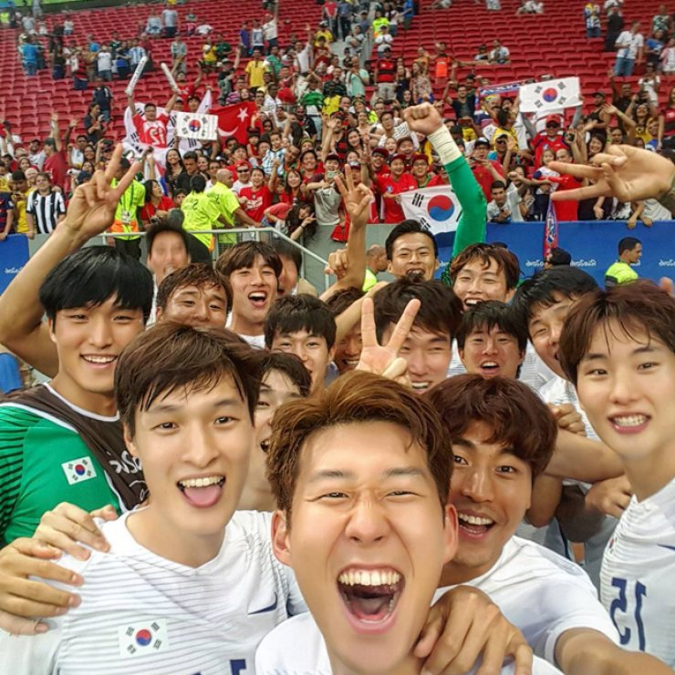 South Korean men's football team's forward Son Heung-min, center, takes a selfie with his teammates after defeating Mexico 1-0 in the Rio Olympics Group C football match in Brasilia, Wednesday. / Yonhap
