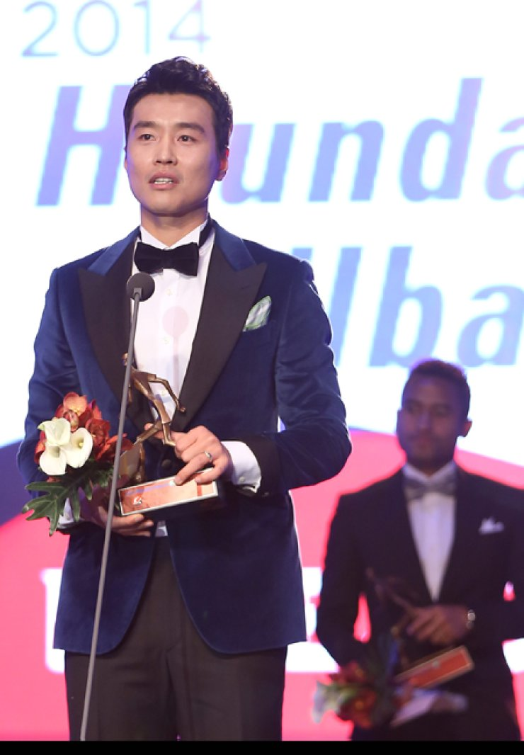 Lee Dong-gook of Jeonbuk Hyundai speaks at the K-League Awards ceremony in Seoul, Monday. The veteran striker became the first three-time MVP winner in the league's 30-year history.  /  Yonhap
