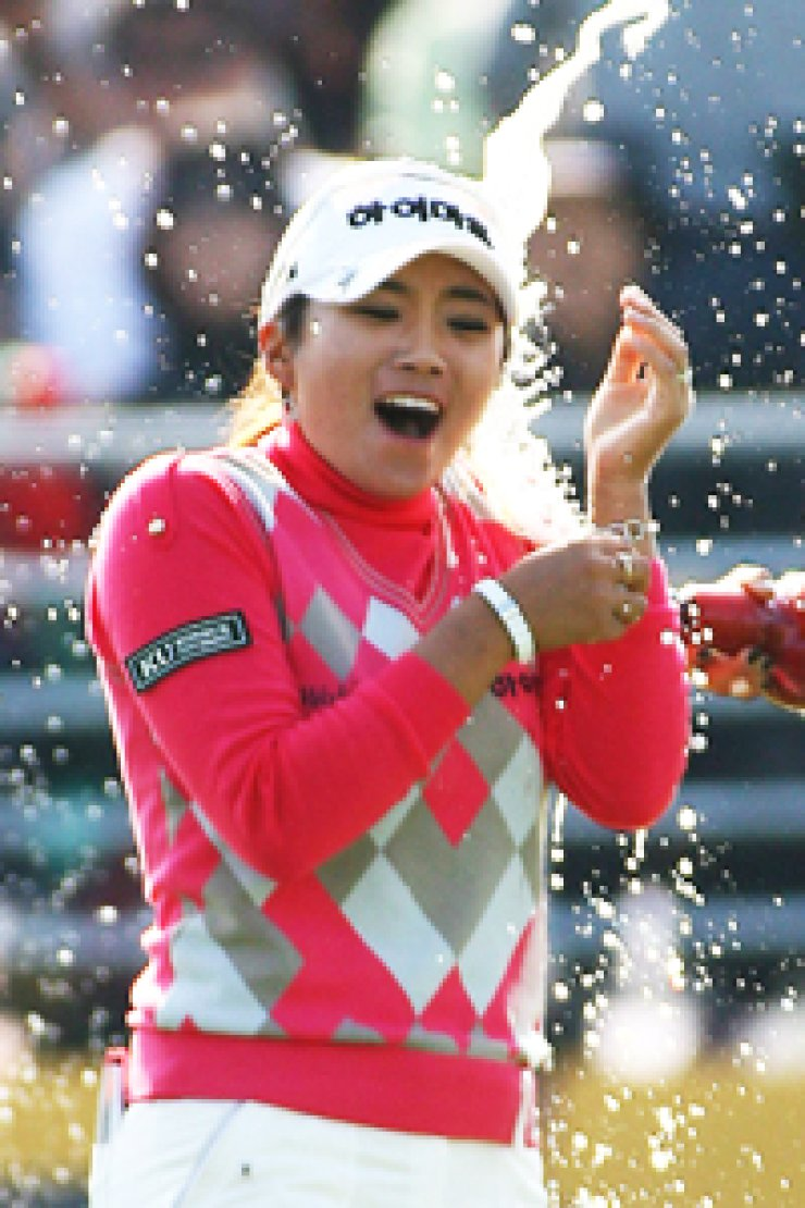 Lee Bo-mi celebrates after clinching the KLPGA's KB Kookmin Bank Star Tour title in this Oct. 24, 2010, file photo. The 28-year-old won the Ito En Ladies title in the JLPGA, Sunday. / Yonhap