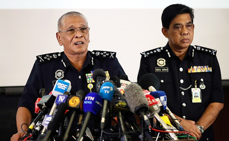 Malaysia Deputy Inspector-General of Police Noor Rashid Ibrahim, left, speaks during a press conference at police headquarters in Kuala Lumpur, Sunday. Investigators are still trying to piece together details of what appears to be the brazen assassination of Kim Jong-nam, the half-brother of North Korean leader Kim Jong-un. / AP-Yonhap