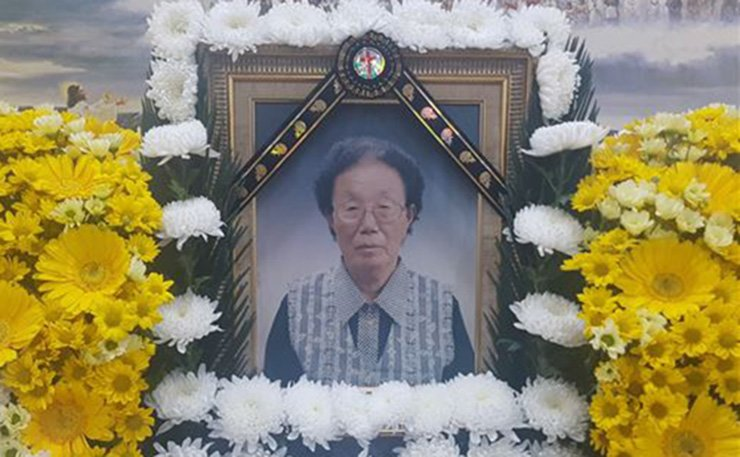 A portrait of Lee Ki-jeong on the altar at a funeral home in Dangjin, South Chungcheong Province. Lee, 93, who was forced into sexual slavery at a Japanese military brothel in Singapore when she as 15, died in a hospital in Dangjin at about 8.35 a.m. on Saturday. / Yonhap