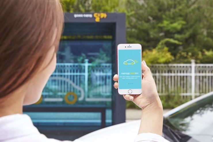 Seen is a demonstration of the Delivery Car application, a carsharing service developed by Hyundai Capital, on a smartphone screen, Monday / Courtesy of Hyundai Capital