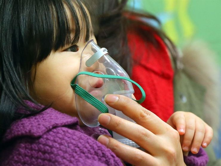 An influenza patient is treated at a children's hospital. / Korea Times file