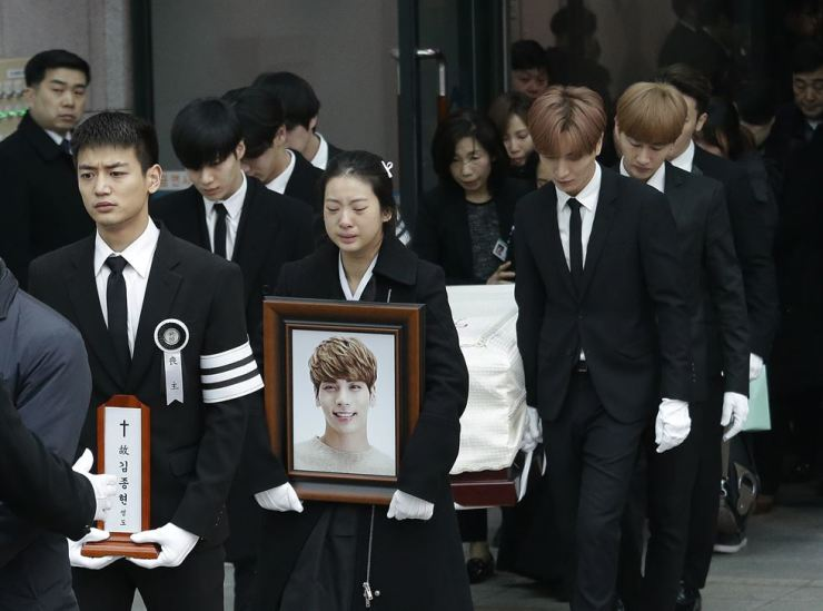 The coffin of late singer Kim Jong-hyun, better known by the stage name Jonghyun, a member of Korean K-pop group SHINee, is carried by group members as an unidentified family member holds a portrait following a funeral service at Asan Medical Center in Seoul, Thursday. The lead singer of popular boy band SHINee committed suicide Monday, police said. /AP-Yonhap